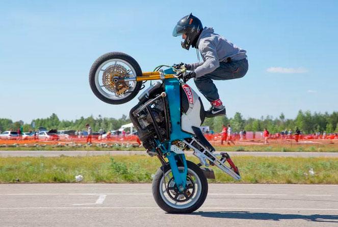 Трюки на мотоциклах с приводной цепью и с приводным валом